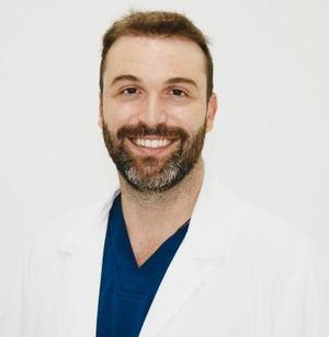 Dr. Carlos Gómez, experto en medicina capilar de la clínica MC360.