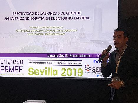 El doctor Ricardo Llavona, jefe del Servicio de Rehabilitación de Ibermutua en Asturias, durante la presentación de su ponencia.