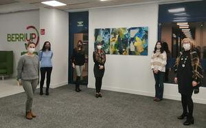 La artista Marina Etxeberria (primera por la izquierda) junto a su obra e invitadas en BERRIUP GALLERY.