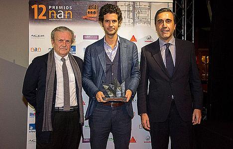 Edgar Bueso-Inchausti recibe el premio.