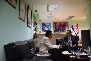 El Excmo. Sr. Ministro asesor para Política y Asuntos Internacionales de la Presidencia de Nicaragua, Sidhartha Marín (dcha) durante la entrevista con D. Joaquín Ríus.