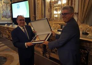 El Presidente del CEF.-, distinguido como Titulado Mercantil y Empresarial del Año