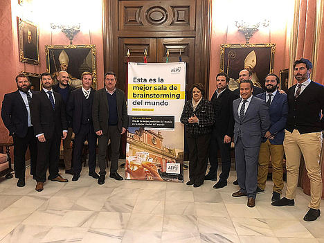 El alcalde de Sevilla, Juan Espadas, conoce la campaña 2019 del Día del Patrón de la publicidad