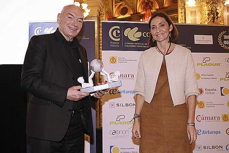 El arquitecto Jean Nouvel junto a la ministra de Industria, Comercio y Turismo, Reyes Maroto.
