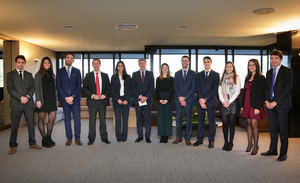 El consejero delegado, Gonzalo Gortázar, y el director general de Recursos Humanos y Organización, Francesc Xavier Coll, se reúnen con jóvenes empleados de CaixaBank