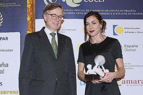 El embajador de España en Francia, Fernando Carderera, junto a la cantante francesa Olivia Ruiz.
