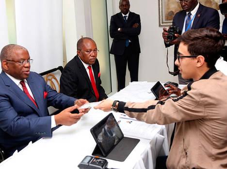 El ministro de Exteriores, Georges Chikoti, acredita a los primeros observadores electorales.
