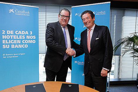 El presidente de la Confederación Española de Hoteles y Alojamientos Turísticos, Juan Molas, y el director ejecutivo de Banca de Empresas de CaixaBank, Luis Cabanas.