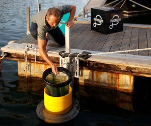 El primer 'imagin Seabin' se ha instalado en el Moll de la Fusta, Puerto de Barcelona.