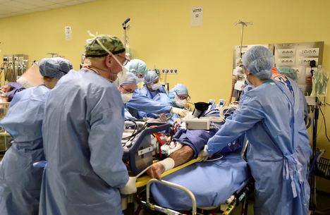 El staff médico del hospital San Raffaele de Milán trata a un paciente con COVID-19.