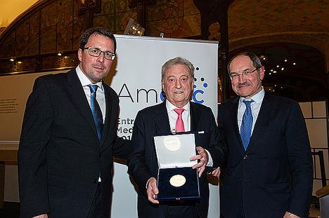 Pedro Mier, presidente de AMETIC y Raül Blanco, Secretario General de Industria y PYME, entregan la V Medalla de Oro al empresario vasco Ángel Iglesias