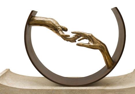 Escultura de Lorenzo Quinn.
