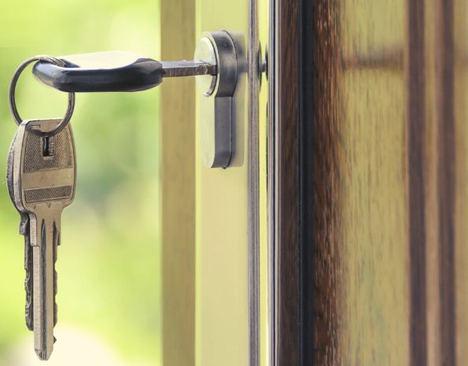 ¿Es necesario contratar a una agencia inmobiliaria para comprar o vender una casa?