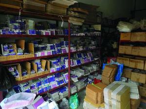 Estantes llenos de cajas de rodamientos falsos de NSK.