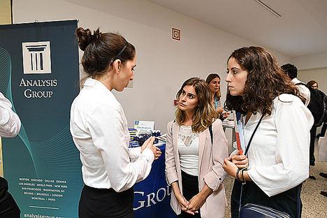 Estudiantes de máster de economía, entrevistados por cazatalentos de empresas punteras