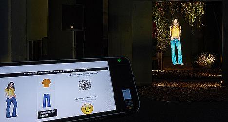 Probador virtual de ropa, realizado con hologramas visibles con luz diurna, en el Experience Centre de PwC en  Barcelona.
