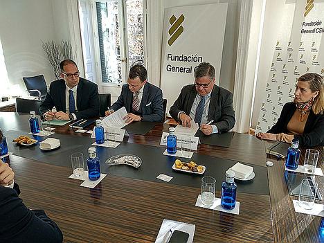 De izqda, a dcha. en el centro: El director general de F. Iniciativas, Iván Ruiz Domingo, y director general de la FGCSIC, Álvaro Giménez Cañete.