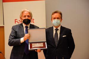 Josep Sánchez Llibre recibe la distinción de Miembro de Honor del Registro de Economistas Auditores de manos de su presidente, Carlos Puig de Travy.