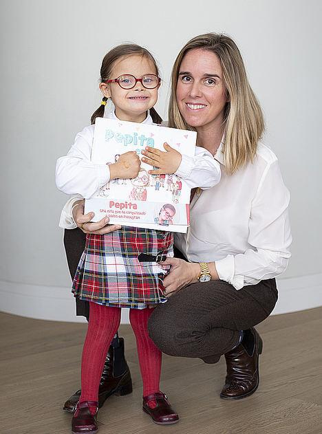 Fabiola Arroyo Ozores, presidenta de la Fundación Pepitamola recibe el Premio Natural en los Premios Valores del Papel 2019