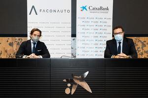 El presidente de Faconauto, Gerardo Pérez, y Xavier Oms, director de movilidad y vendors de CaixaBank Payments & Consumer, han escenificado este nuevo compromiso entre ambas organizaciones.