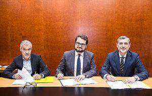 De izda. a dcha.: El director de Banca Digital de Bankia, Félix Uriarte; el CEO de Rastreator.com, Fernando Summers; y el director de Red Agencial de Bankia, Manuel Ortega.
