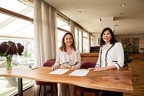 Carmen-Aragón, Directora de Ventas de Trasmediterránea y Samira Brigüech, fundadora de Adelias tras la firma del acuerdo.