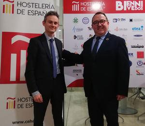 De izqda. a dcha.: Sergio Isabel, director comercial de Repagas y José Luis Yzuel, presidente de Hostelería de España.