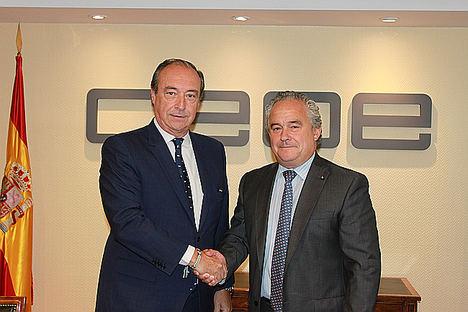 De izq. a dcha.: José Alberto González-Ruiz, secretario general de CEOE y Francisco Mesonero, director general de la Fundación Adecco).