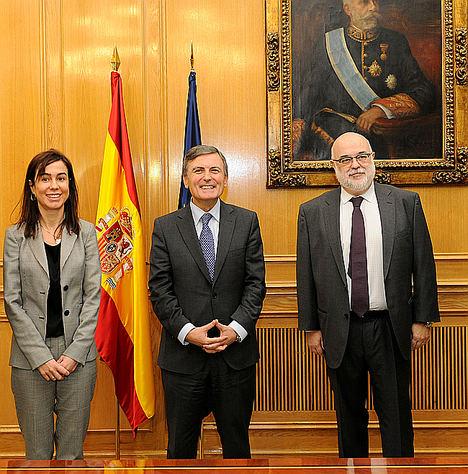 De izqda. a dcha.: la presidenta de Adif, Isabel Pardo de Vera, el secretario de Estado de Infraestructuras, Transporte y Vivienda, Pedro Saura, y el director general de Unesid, Andrés Barceló.
