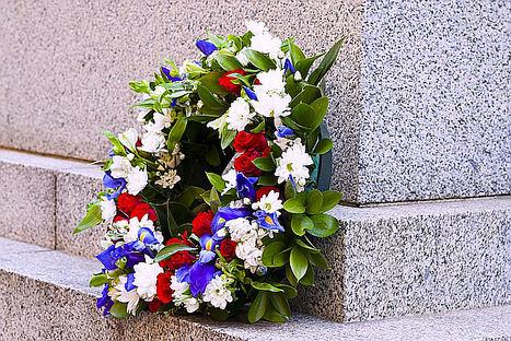 Coronas fúnebres para el último adiós a un ser querido, según floristeriaeneltanatorio.es