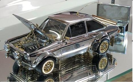 Una maqueta del Ford Escort hecha de oro, plata y diamantes
