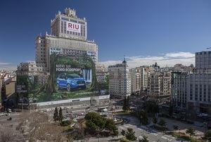 Ford instala la valla publicitaria más grande en el edificio España de Madrid