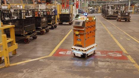 Un robot con tecnología de conducción autónoma en la planta Ford de Valencia