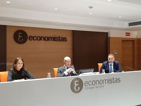 De izda. a dcha.: Carmen Jover, vocal del Consejo Directivo del REAF-CGE, Jorge Onrubia, profesor de Economía Aplicada de la UCM y Agustín Fernández, presidente del REAF-CGE.