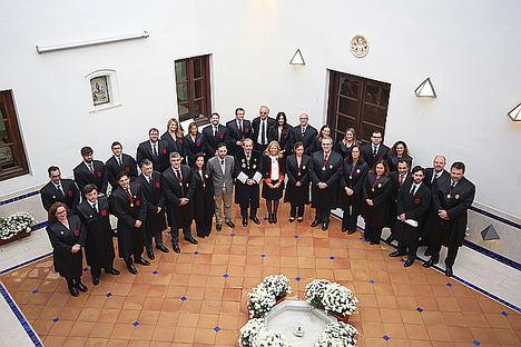 Foto de familia de la Junta de Gobierno con los jurandos y padrinos.