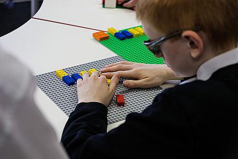 La Fundación LEGO y el Grupo LEGO se unen con asociaciones de invidentes para testar LEGO® Braille Bricks y desarrollar la amplitud de habilidades infantiles