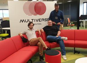 Sam Mugel (CTO), Román Orús (CSO) y, de pie, Enrique Lizaso (CEO), fundadores de Multiverse.