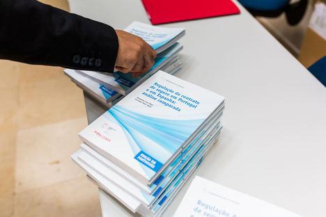 """La Universidad de Lisboa recibe un centenar de ejemplares del Cuaderno """"Regulación del contrato del seguro en Portugal y España"""""""
