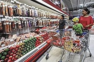 Gente comprando comida en un supermercado en Bishkek, Kyrgyzstan.