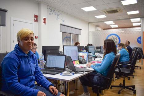 Gloria Gómez, joven con Síndrome de Down, se incorpora por primera vez al mundo laboral en Avanza