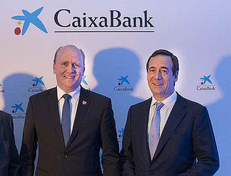 Gonzalo Gortázar, consejero delegado de CaixaBank, con Uwe Becker, alcalde de Fráncfort