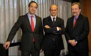 Gonzalo Gortázar, presidente; Javier Valle, director general y Tomás Muniesa, vicepresidente ejecutivo-consejero delegado de VidaCaixa.