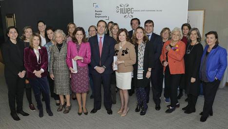 Gonzalo Górtazar con las finalistas de la primera edición del Premio Mujer Empresaria de CaixaBank.