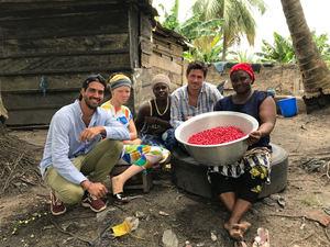 Guillermo Milans del Bosch (izda) y Loan Bensadon (segundo por la dcha), cofundadores de Baïa Food, durante un viaje a Ghana, donde cultivan la baya Synsepalum dulcificum.