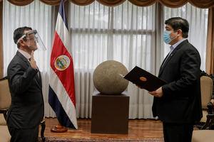 Gustavo Segura Sancho, nuevo Ministro de Turismo de Costa Rica, jurando el cargo.