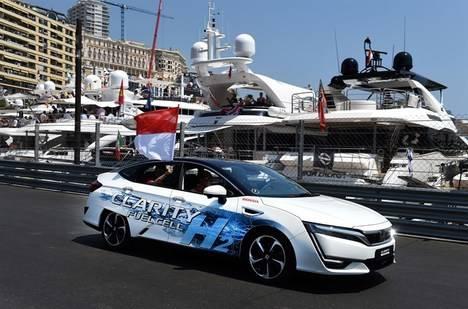 El príncipe Alberto al volante del Honda Clarity Fuel Cell en el Gran Premio de Mónaco de F1