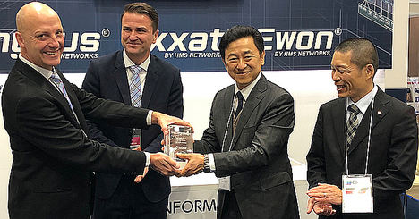 De izqda. a dcha.: Christian Berghdahl, Product Marketing Manager, Anybus, HMS Networks,  Bartek S. Candell, General Manager - MU Asia, HMS Networks y Toshihisa Tsukuda , Manager Software Section II y Kazunobu Maruyama,  Specialist Software Section I Development Dept. en IAI.