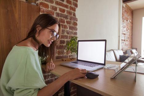 Las organizaciones incorporan inteligencia artificial para mejorar la experiencia del empleado a distancia, según fibratel