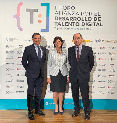 De izqda. a dcha.: Francisco Hortigüela, director general de AMETIC; Isabel Celaá, ministra de Educación y Formación Profesional en funciones, y Pedro Mier, presidente de AMETIC.