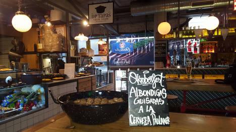 El Mercado de San Ildefonso cocina con cerveza, en un guiño al Oktoberfest